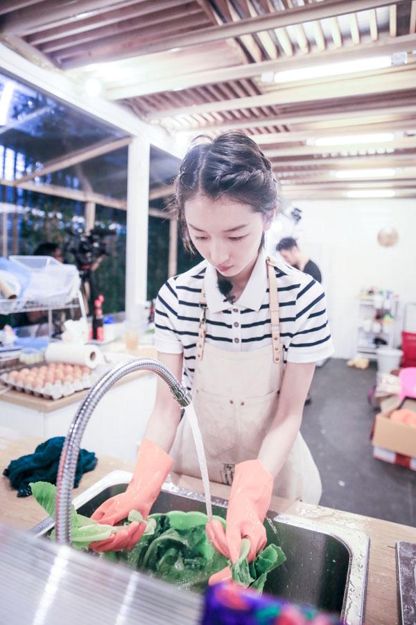 厨房小白走上厨神之路周冬雨中餐厅初学做菜尖叫连连